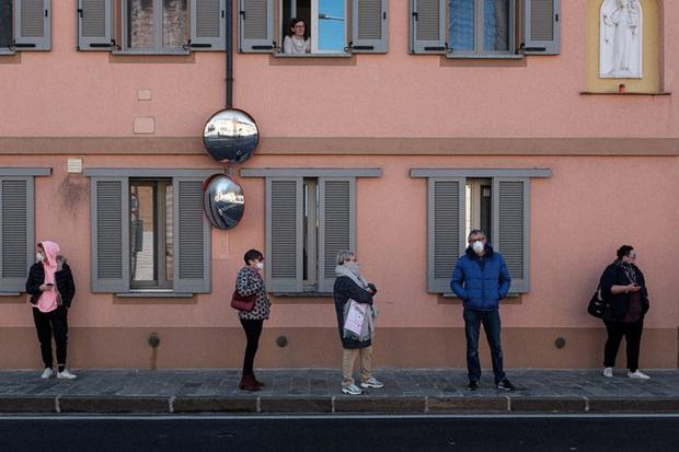 Đời sống thường nhật bên trong khu cách ly Covid-19 ở Italy - Ảnh 4.