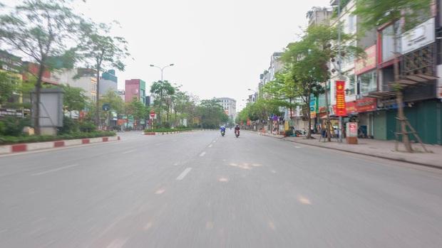 Ảnh: Phố phường Hà Nội vắng như mùng 1 Tết vì dịch Covid-19 - Ảnh 9.