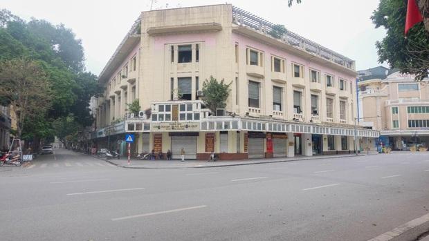 Ảnh: Phố phường Hà Nội vắng như mùng 1 Tết vì dịch Covid-19 - Ảnh 8.