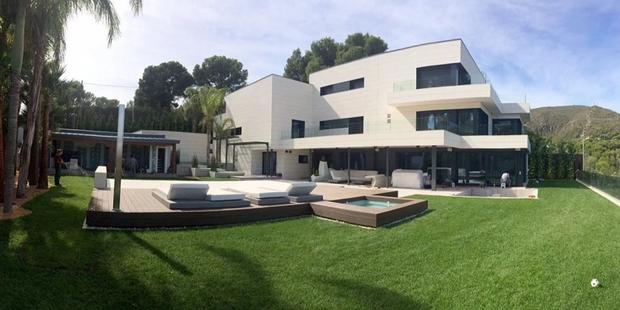 Lo ngại dịch Covid-19, Messi cùng gia đình tự cách ly trong biệt thự 200 tỷ, có sân bóng ở ngay trong nhà - Ảnh 1.