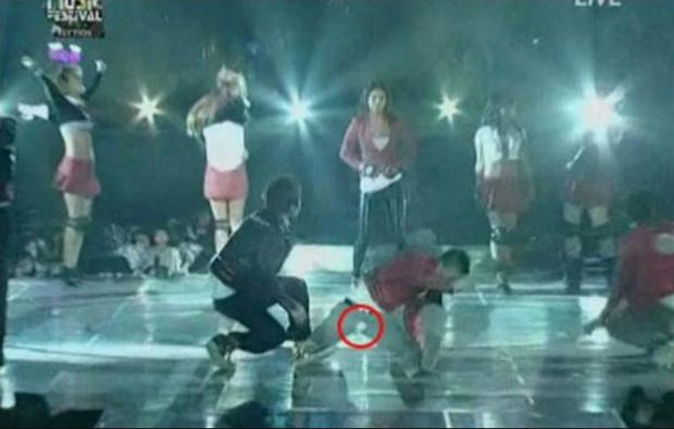 """Khi nam idol khốn khổ vì rách quần: Màn """"lộ hàng"""" của Yunho (TVXQ) đi vào lịch sử Kpop, BIGBANG 5 lần 7 lượt là nạn nhân - Ảnh 8."""
