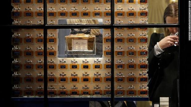 Louis Vuitton, Christian Dior và Givenchy - những thương hiệu xa xỉ của Pháp sản xuất nước rửa tay miễn phí trong đại dịch Covid-19 - Ảnh 1.