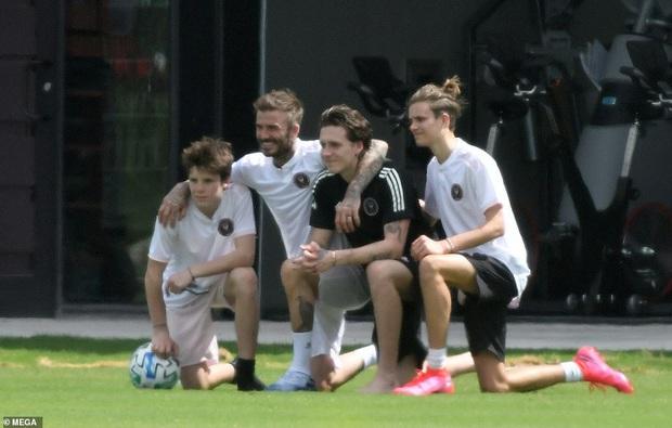 David Beckham cùng 3 cậu con trai quyết chiến nội bộ, ai dè body của ông bố 44 tuổi dìm Brooklyn đau đớn - Ảnh 6.