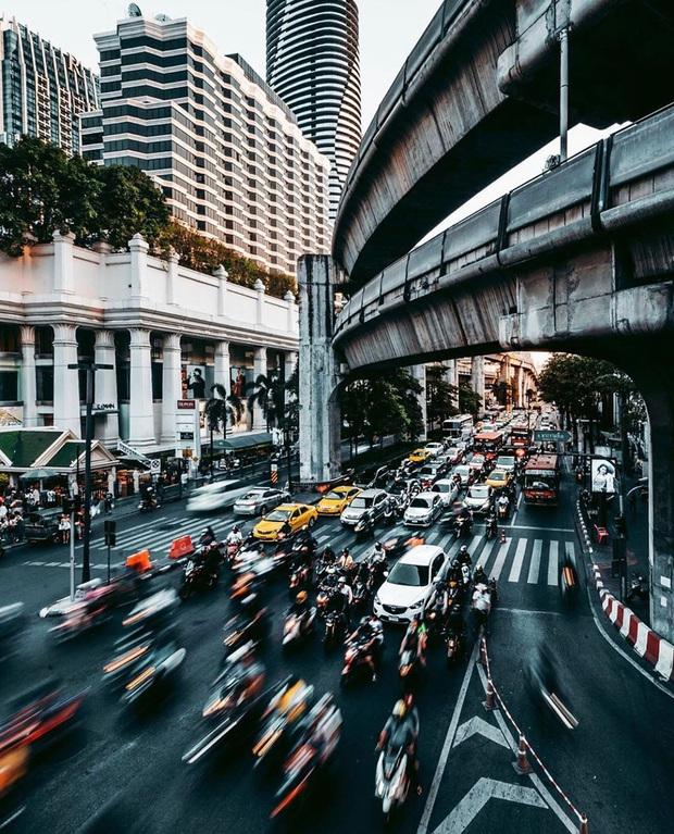 Khung cảnh vắng vẻ chưa từng thấy của đường phố Bangkok (Thái Lan) giữa đại dịch Covid-19 - Ảnh 1.