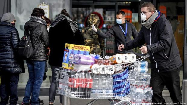 Sắp ra lò phim Corona Zombies lên án nạn xem thường việc đeo khẩu trang nhưng đánh nhau bể đầu vì cuộn giấy vệ sinh - Ảnh 2.