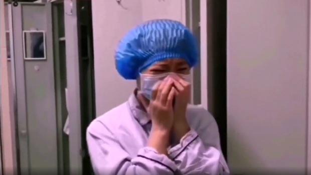 Bệnh nhân bình phục khỏi Covid-19 đến tìm gặp và cúi đầu chào tạm biệt khiến nữ y tá không kìm nổi nước mắt - Ảnh 2.
