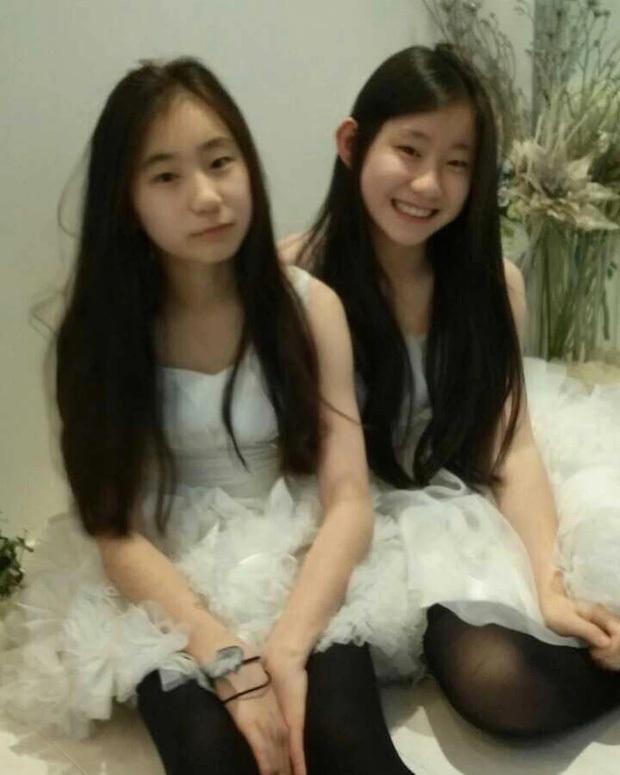 """Sự nghiệp giống nhau đến lạ của cặp chị em Kpop: Đều là thành viên """"hụt"""" của TWICE, bị chê kém sắc rồi lột xác, debut xong đều bị dìm hàng - Ảnh 2."""