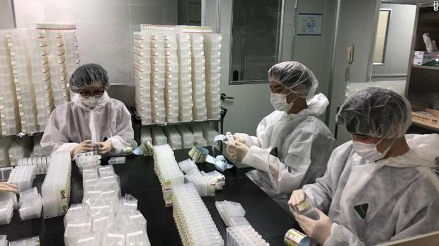 Hàn Quốc chế tạo hàng trăm ngàn kit thử virus corona trong 3 tuần thế nào? - Ảnh 2.