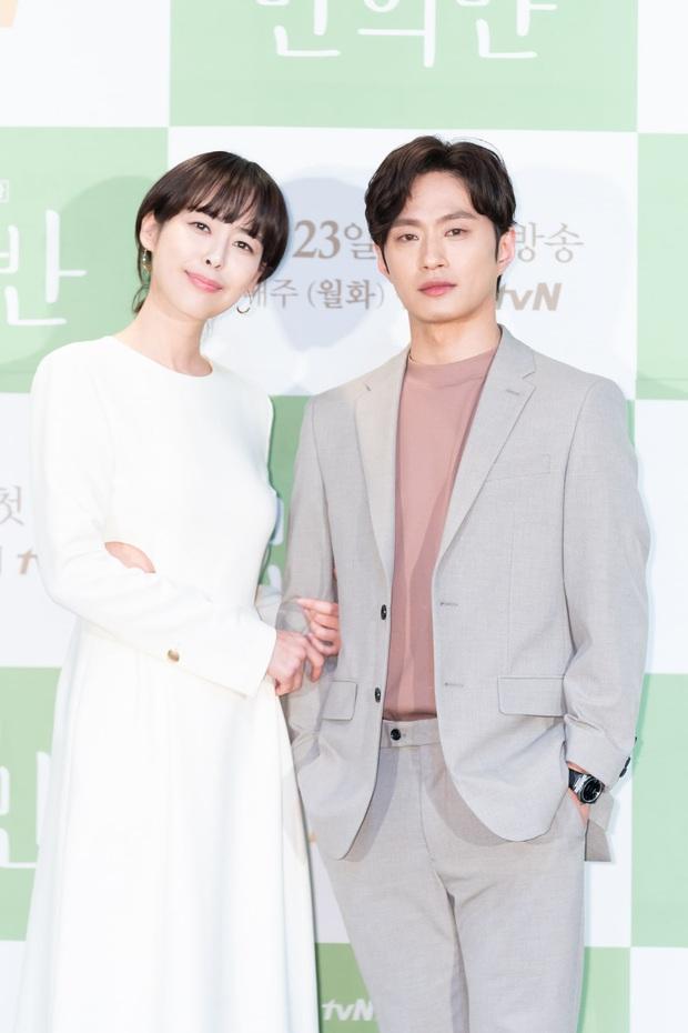 Jung Hae In cực điển trai, thú nhận chưa yêu đơn phương bao giờ vì toàn bách phát bách trúng ở họp báo ra mắt phim mới - Ảnh 4.