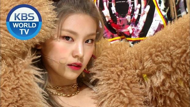 Đâu chỉ có JYP push nhiệt tình, Yeji (ITZY) còn được nhà đài ưu ái hết sức: Liên tục lên ảnh bìa video, còn cướp luôn kết màn của center! - Ảnh 5.