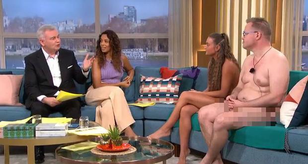 TV Show Anh gây choáng khi để khách mời khỏa thân hoàn toàn trên sóng truyền hình - Ảnh 2.