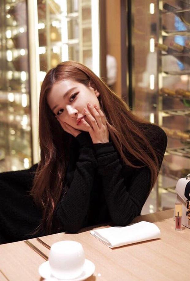 """Fan Việt truyền tay nhau bộ ảnh """"đi ăn tối nay cùng Rosé (BLACKPINK)"""" khắp Facebook: Cô bạn gái mà ai cũng muốn ở bên là đây! - Ảnh 1."""