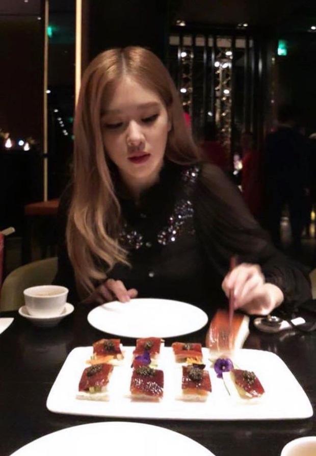 """Fan Việt truyền tay nhau bộ ảnh """"đi ăn tối nay cùng Rosé (BLACKPINK)"""" khắp Facebook: Cô bạn gái mà ai cũng muốn ở bên là đây! - Ảnh 2."""