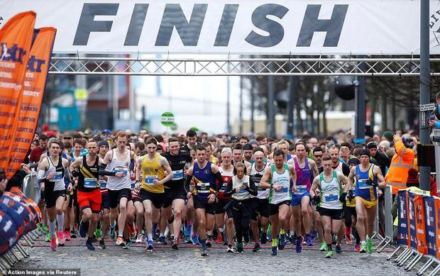 Giữa đỉnh điểm đại dịch Covid-19, hàng nghìn người Anh vẫn tụ tập dự hòa nhạc, tổ chức chạy marathon tập thể - Ảnh 3.