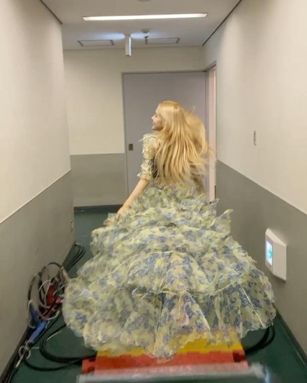 Tóc vàng xinh đẹp như tiên tử, chẳng trách Rosé cân hết cả dàn công chúa Disney khiến ai ngắm cũng mê - Ảnh 10.