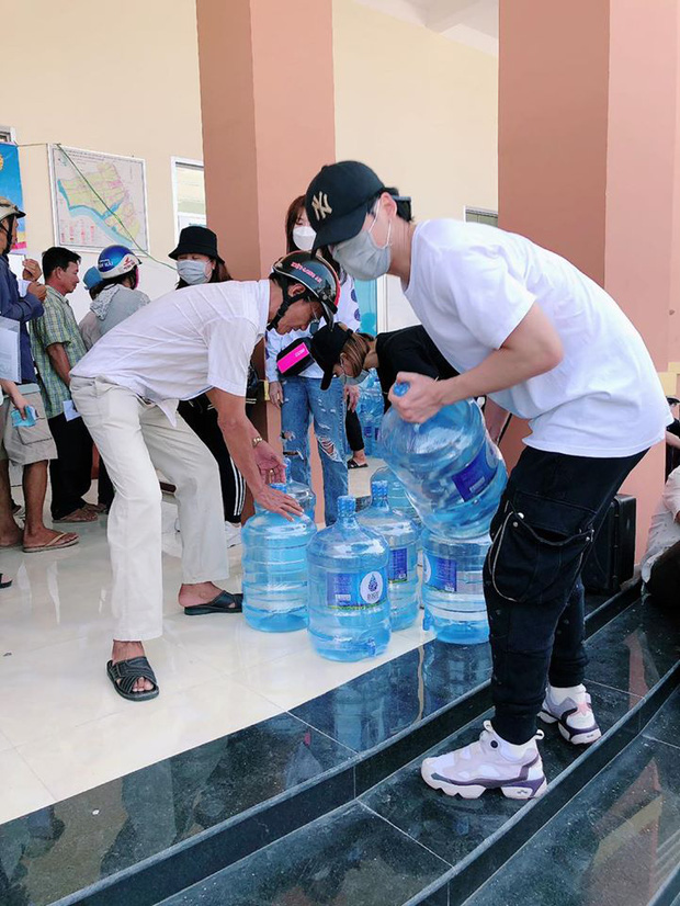 Hari Won xuống tận miền Tây, mang 1610 bình nước ngọt cứu trợ người dân đang gặp hạn và mặn - Ảnh 5.