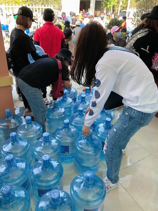 Hari Won xuống tận miền Tây, mang 1610 bình nước ngọt cứu trợ người dân đang gặp hạn và mặn - Ảnh 3.