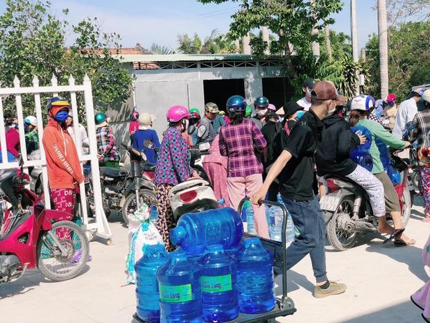 Hari Won xuống tận miền Tây, mang 1610 bình nước ngọt cứu trợ người dân đang gặp hạn và mặn - Ảnh 4.