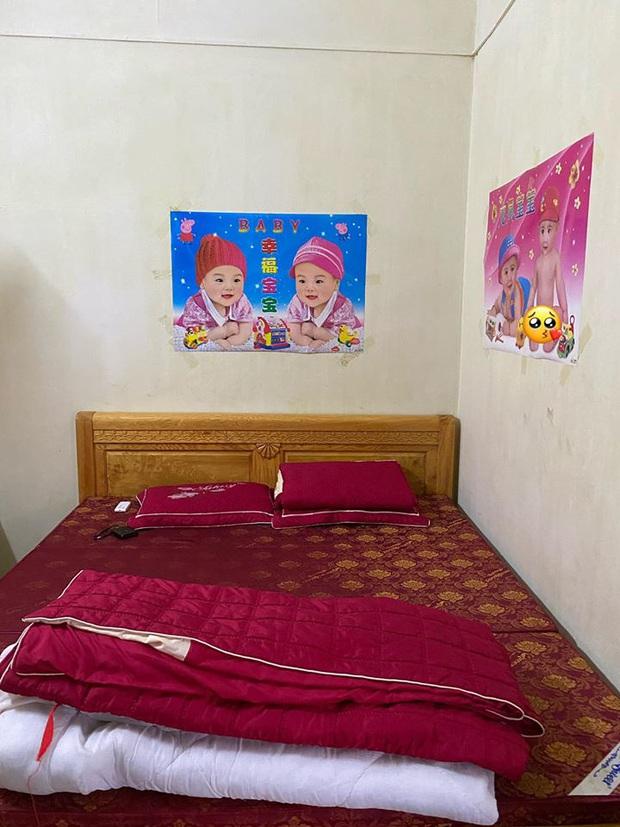 30 tuổi chưa chịu vợ con, thanh niên số nhọ được bố mẹ set up cho quả phòng ngủ đỏ choét từ chăn đến gối - Ảnh 1.