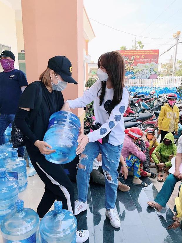 Hari Won xuống tận miền Tây, mang 1610 bình nước ngọt cứu trợ người dân đang gặp hạn và mặn - Ảnh 7.