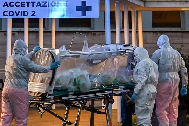 Số ca nhiễm COVID tại Italy vọt lên gần 28.000 người, Mỹ cân nhắc lệnh giới nghiêm, Canada đóng cửa đất nước - Ảnh 1.