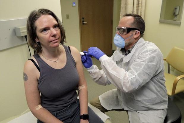 Video: Trải nghiệm của người đầu tiên trên thế giới được tiêm thử nghiệm vắc-xin Covid-19 - Ảnh 2.