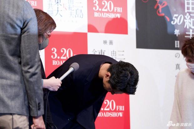 Ngoại tình với nàng thơ của Song Joong Ki, chồng trẻ cúi gập người xin lỗi vợ, lúng túng khi bị phóng viên hỏi xoáy - Ảnh 4.