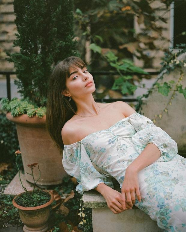 Thực ra phụ nữ Pháp cũng rất điệu, mê mẩn đồ họa tiết hoa và diện theo cách vô cùng sang xịn, tinh tế - Ảnh 7.