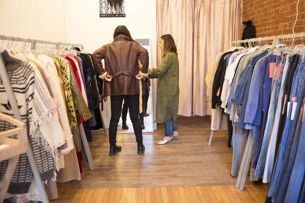 Bộ Y tế và WHO giải đáp thắc mắc Làm thế nào để quần áo, chăn mền không làm lây lan virus corona mới? - Ảnh 2.