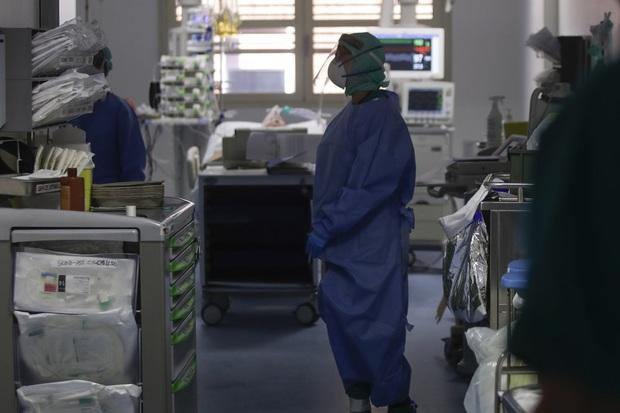 Lời chia sẻ từ bác sĩ Ý: Các bệnh viện bị áp đảo trước đại dịch Covid-19, hàng ngàn nhân viên y tế cũng lây nhiễm - Ảnh 3.