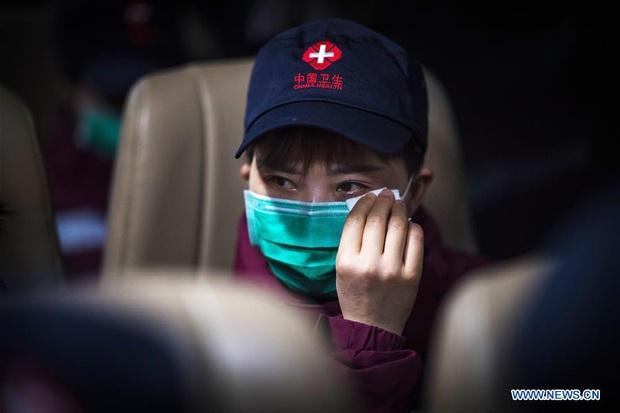 Kết thúc công việc chống dịch Covid-19 ở Vũ Hán, từng nhóm y bác sĩ lần lượt chào tạm biệt và lên đường trở về quê nhà - Ảnh 10.