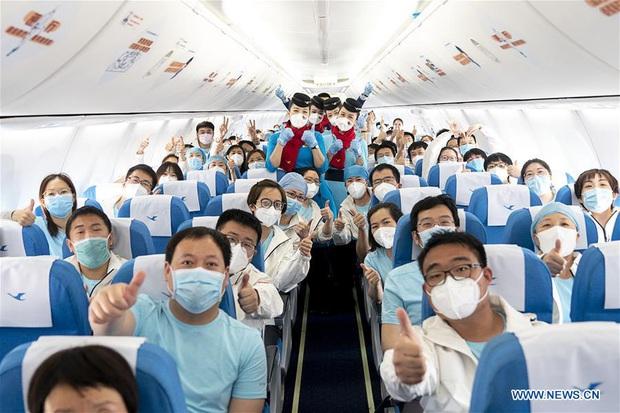 Kết thúc công việc chống dịch Covid-19 ở Vũ Hán, từng nhóm y bác sĩ lần lượt chào tạm biệt và lên đường trở về quê nhà - Ảnh 12.