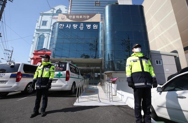 Hàn Quốc: Xuất hiện thêm ổ dịch Covid-19 tại bệnh viện ở Daegu; Thứ trưởng Y tế tự cách ly sau khi tiếp xúc với bác sĩ nhiễm bệnh - Ảnh 1.