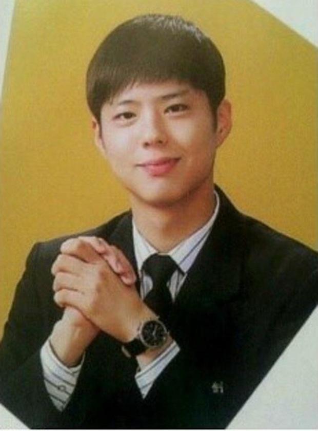 10 minh tinh có ảnh tốt nghiệp hot nhất Kbiz: Kiểu đầu Kim Tae Hee gây sốc, Song Joong Ki - Won Bin chưa xuất sắc bằng đàn em? - Ảnh 7.