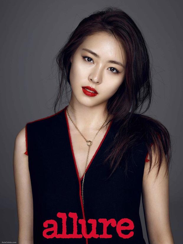 10 minh tinh có ảnh tốt nghiệp hot nhất Kbiz: Kiểu đầu Kim Tae Hee gây sốc, Song Joong Ki - Won Bin chưa xuất sắc bằng đàn em? - Ảnh 15.