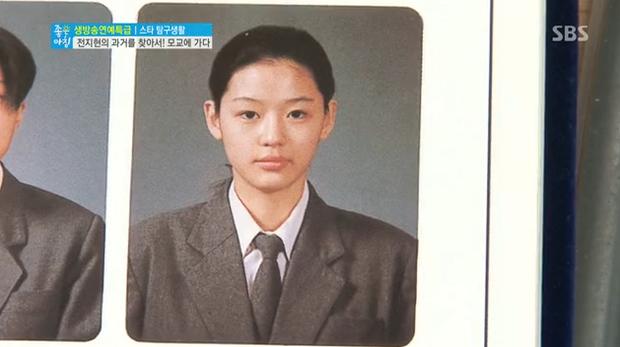 10 minh tinh có ảnh tốt nghiệp hot nhất Kbiz: Kiểu đầu Kim Tae Hee gây sốc, Song Joong Ki - Won Bin chưa xuất sắc bằng đàn em? - Ảnh 22.