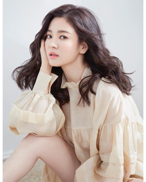 10 minh tinh có ảnh tốt nghiệp hot nhất Kbiz: Kiểu đầu Kim Tae Hee gây sốc, Song Joong Ki - Won Bin chưa xuất sắc bằng đàn em? - Ảnh 21.