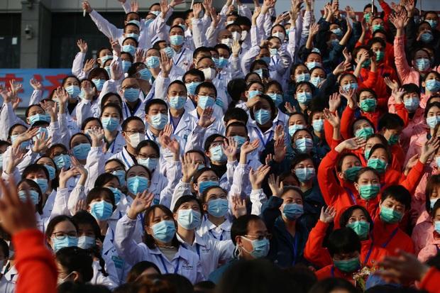 Kết thúc công việc chống dịch Covid-19 ở Vũ Hán, từng nhóm y bác sĩ lần lượt chào tạm biệt và lên đường trở về quê nhà - Ảnh 1.