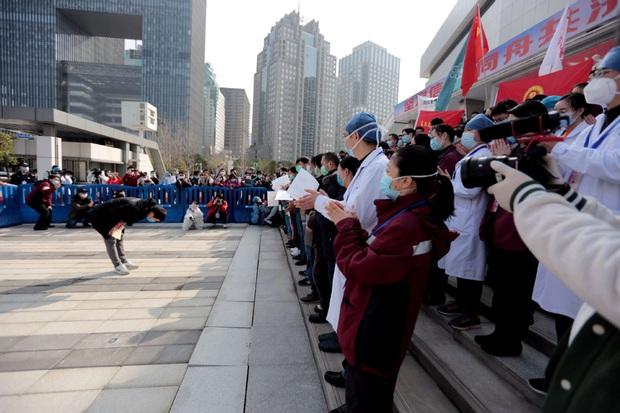 Kết thúc công việc chống dịch Covid-19 ở Vũ Hán, từng nhóm y bác sĩ lần lượt chào tạm biệt và lên đường trở về quê nhà - Ảnh 3.