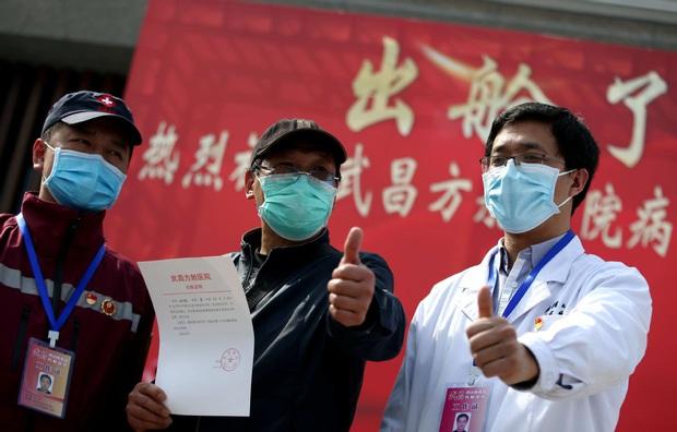 Kết thúc công việc chống dịch Covid-19 ở Vũ Hán, từng nhóm y bác sĩ lần lượt chào tạm biệt và lên đường trở về quê nhà - Ảnh 4.