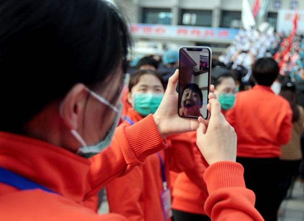 Kết thúc công việc chống dịch Covid-19 ở Vũ Hán, từng nhóm y bác sĩ lần lượt chào tạm biệt và lên đường trở về quê nhà - Ảnh 7.