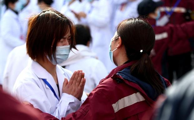 Kết thúc công việc chống dịch Covid-19 ở Vũ Hán, từng nhóm y bác sĩ lần lượt chào tạm biệt và lên đường trở về quê nhà - Ảnh 8.