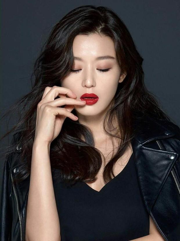 10 minh tinh có ảnh tốt nghiệp hot nhất Kbiz: Kiểu đầu Kim Tae Hee gây sốc, Song Joong Ki - Won Bin chưa xuất sắc bằng đàn em? - Ảnh 23.