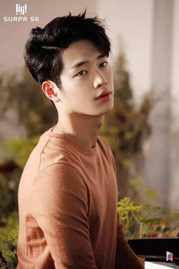 10 minh tinh có ảnh tốt nghiệp hot nhất Kbiz: Kiểu đầu Kim Tae Hee gây sốc, Song Joong Ki - Won Bin chưa xuất sắc bằng đàn em? - Ảnh 19.
