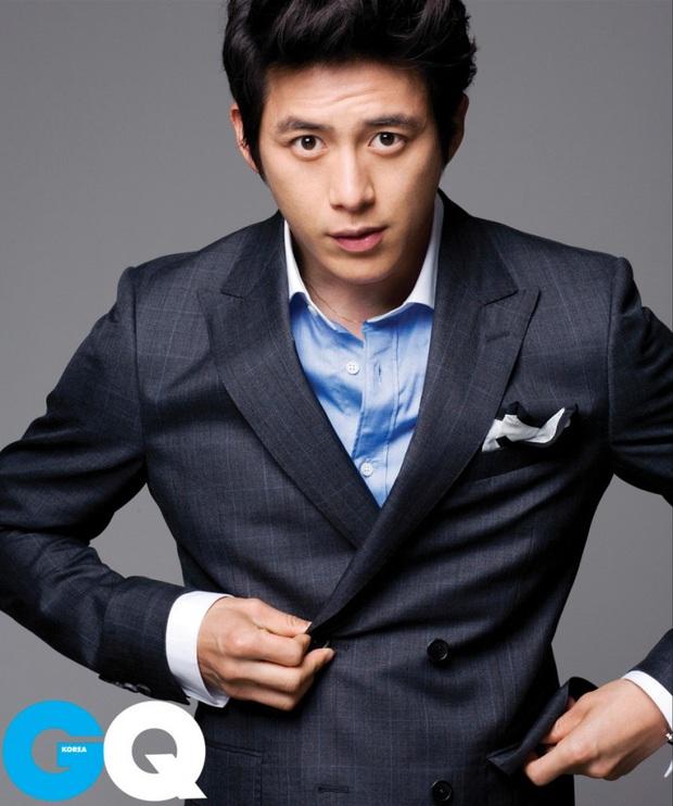 10 minh tinh có ảnh tốt nghiệp hot nhất Kbiz: Kiểu đầu Kim Tae Hee gây sốc, Song Joong Ki - Won Bin chưa xuất sắc bằng đàn em? - Ảnh 17.