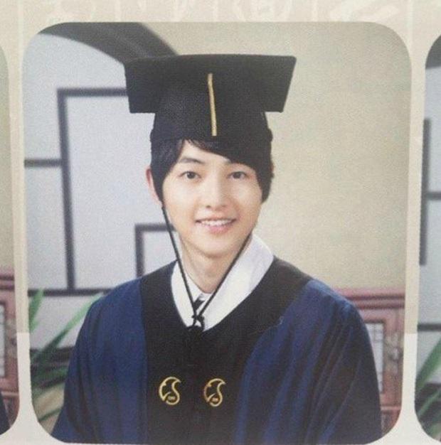 10 minh tinh có ảnh tốt nghiệp hot nhất Kbiz: Kiểu đầu Kim Tae Hee gây sốc, Song Joong Ki - Won Bin chưa xuất sắc bằng đàn em? - Ảnh 12.