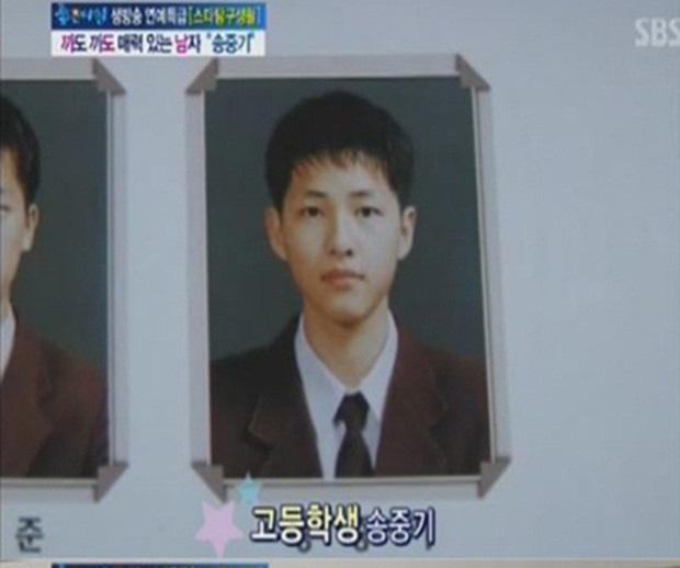 10 minh tinh có ảnh tốt nghiệp hot nhất Kbiz: Kiểu đầu Kim Tae Hee gây sốc, Song Joong Ki - Won Bin chưa xuất sắc bằng đàn em? - Ảnh 11.