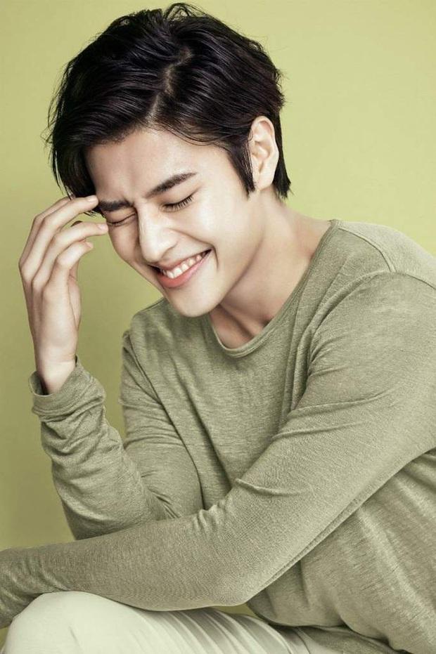 10 minh tinh có ảnh tốt nghiệp hot nhất Kbiz: Kiểu đầu Kim Tae Hee gây sốc, Song Joong Ki - Won Bin chưa xuất sắc bằng đàn em? - Ảnh 6.