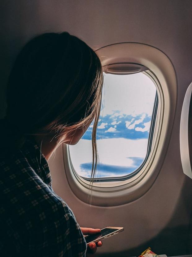 Cứ nghe tiếp viên hàng không thông báo phải mở rèm và giảm ánh sáng khi máy bay cất - hạ cánh, giờ mới hiểu lý do vì sao - Ảnh 1.
