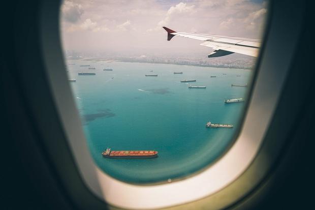 Cứ nghe tiếp viên hàng không thông báo phải mở rèm và giảm ánh sáng khi máy bay cất - hạ cánh, giờ mới hiểu lý do vì sao - Ảnh 2.